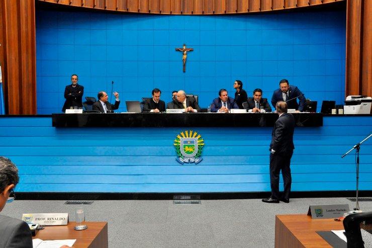 Imagem: Deputados em sessão plenária na Assembleia Legislativa