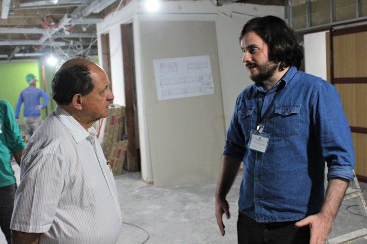 Imagem: Primeiro secretário, deputado Zé Teixeira, e Neder Schabib Péres, arquiteto responsável pelas obras de reforma, durante vistoria das instalações
