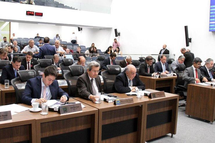 Imagem: Deputados estaduais da ALEMS analisando propostas durante a Ordem do Dia