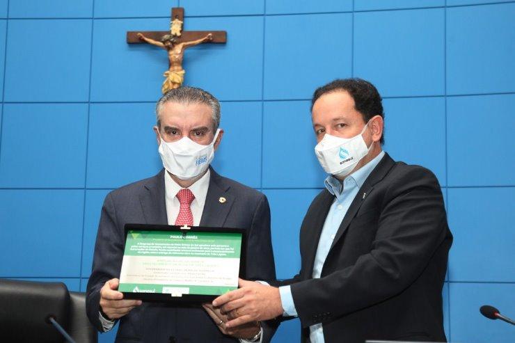 Imagem: Presidente Paulo Corrêa recebe réplica de placa de obra de subestação em Três Lagoas